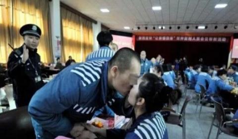 陕西服刑夫妻12年未见 女子监狱高墙内上演特殊团聚