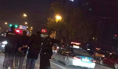 杭州闹市警匪追击战:特警持枪出击