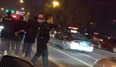 电影情节?杭州闹市上演警匪追击