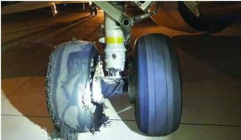 美兰机场一飞机降落后爆胎