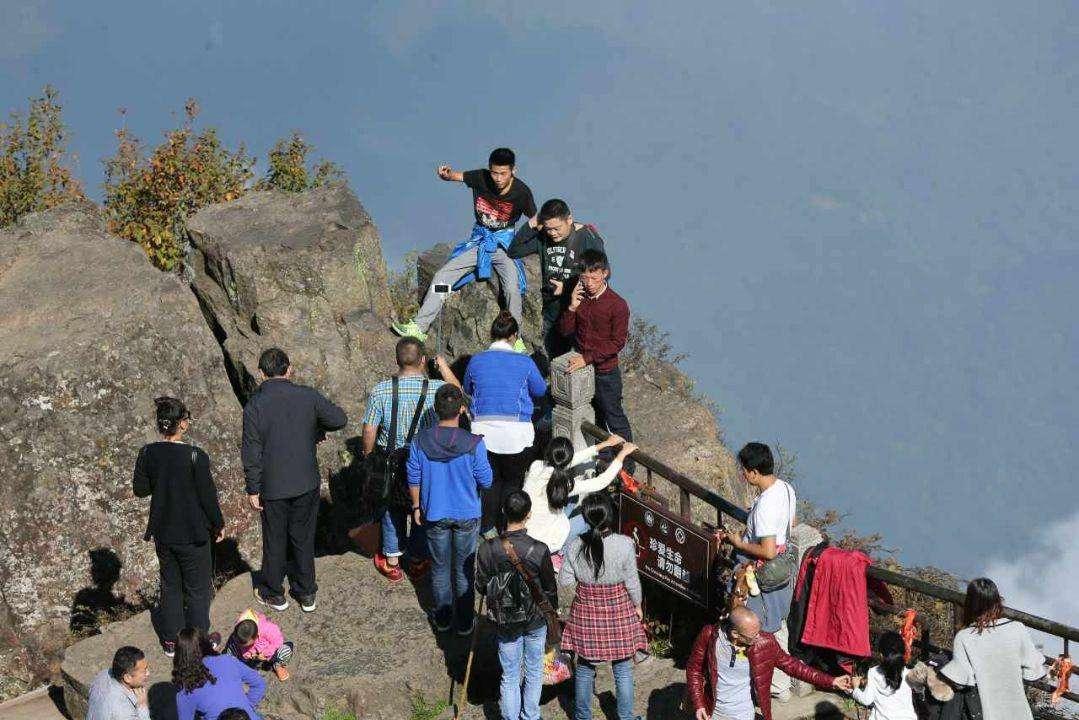 女游客悬崖边拍视频 景区安全事故怎么划分责任?