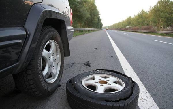 2019年开车爆胎怎么救命?开车爆胎发生事故保险理赔吗?