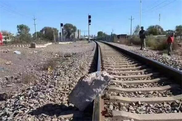 大爷狂奔救下火车 铁路上放置石块会触犯哪些罪名?