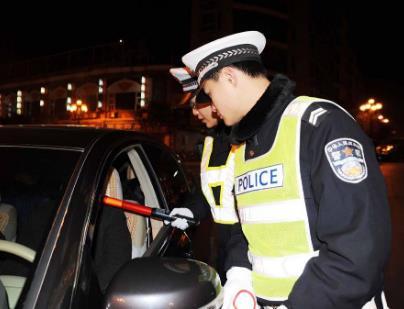 警方回应高校领导遇查酒驾逃跑 酒精检查多少算酒驾?