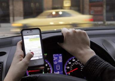 英国将全面禁止开车用手机 我国开车玩手机扣几分?
