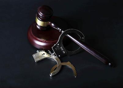 男子杀妻母亲陪运尸掩埋双双受审 帮助毁灭证据罪可判几年?