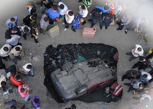 路面现大坑 汽车深夜坠入 - 图片新闻 - 中国大律师网